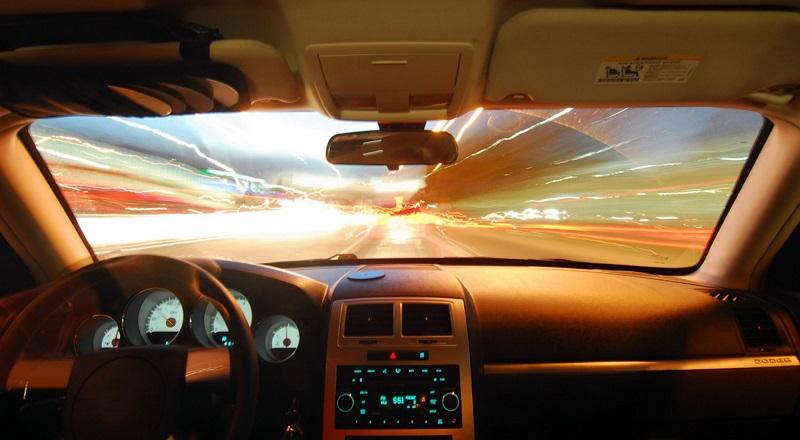 Standard-Windschutzscheiben bestehen aus zwei transparenten Glasstücken